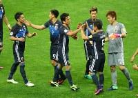 【日本―サウジアラビア】サウジアラビアに勝利し、喜ぶ長谷部(中央)ら日本の選手たち=埼玉スタジアムで2016年11月15日、長谷川直亮撮影