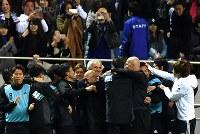 【日本―サウジアラビア】サウジアラビアに勝って笑顔のハリルホジッチ監督(中央)=埼玉スタジアムで2016年11月15日、宮間俊樹撮影