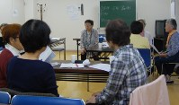 家族と患者のコミュニケーション方法について伝授する高森信子さん(中央)=川崎市の地域福祉施設ちどりで
