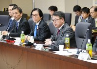 Economy, Trade and Industry Minister Hiroshige Seko, right front, speaks at a meeting of the ministry's expert panel on reform of TEPCO and issues related to the crippled Fukushima No. 1 nuclear power plant on Nov. 15, 2016. (Mainichi)