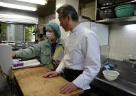 富士保健所の担当者(左)から食中毒防止について聞く調理師=富士市のホテル比佐志で