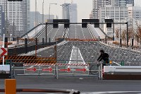 未開通の環状2号線。奥は豊洲大橋=東京都江東区豊洲で2016年11月18日午後4時22分、竹内紀臣撮影