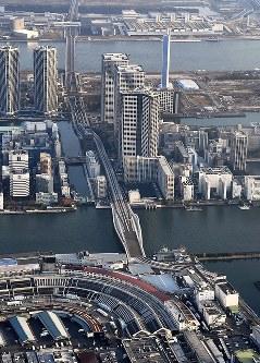 豊洲市場(奥)への移転可能時期が来年末以降と示された築地市場(手前)。跡地に整備が予定されている環状2号線(中央)は五輪開催までの全面開通が不可能になった=東京都中央区で2016年11月18日午後3時28分、本社ヘリから