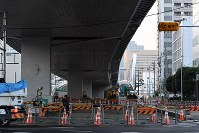 工事が続く未開通の環状2号線の高架下。奥は築地市場に続く築地大橋=東京都中央区勝どきで2016年11月18日午後4時4分、竹内紀臣撮影