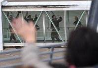 家族らの見送りを受けながら航空機に乗り込む南スーダン派遣施設隊の自衛官=青森空港で2016年11月20日午前9時46分、西本勝撮影
