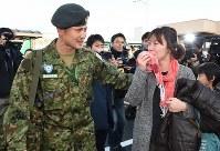 出発を前に見送りに来た人たちとの別れを惜しむ南スーダン派遣施設隊の自衛官(左)=青森空港で2016年11月20日午前8時23分、西本勝撮影