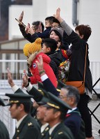 People wave to an airplane carrying engineering corps members of the Self-Defense Forces on their way to South Sudan, at Aomori Airport on Nov. 20, 2016. (Mainichi)