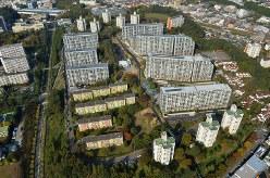 多摩丘陵を切り開いて作られた多摩ニュータウン。建て替えも進んでいる=東京都多摩市で2013年撮影