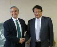 メキシコのアルマーダ駐日特命全権大使(左)と会談した土屋頭取=大垣市の大垣共立銀行で