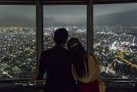 東京スカイツリーからの夜景を楽しむカップル=(C)TOKYO-SKYTREE