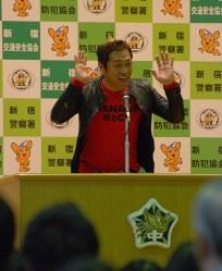 中学生らの質問に答えるお笑い芸人のはなわさん=新宿区の区立新宿中学校で