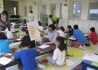 特別授業では森高光広教授は一人ひとりに声をかけた=千葉県白井市立桜台小学校で