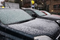 The first snow of the season in the Tokyo metropolitan area lightly dusts vehicles in Suginami Ward, Tokyo, on Nov. 24, 2016. (Mainichi)
