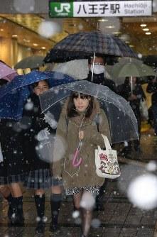 雪が降る中で通勤通学する人たち=東京都八王子市で2016年11月24日午前7時13分、宮武祐希撮影