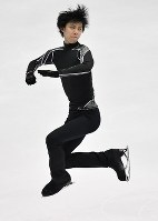 Skater Yuzuru Hanyu practices ahead of the NHK Trophy, which will determine whether he can advance to the Grand Prix of Figure Skating Final, at Makomanai Sekisui Heim Ice Arena on Nov. 24, 2016. (Mainichi)