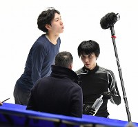 Skater Yuzuru Hanyu, right, speaks with his coach Brian Orser during practice ahead of the NHK Trophy at Makomanai Sekisui Heim Ice Arena on Nov. 24, 2016. Skater Keiji Tanaka is seen in the rear at left. (Mainichi)