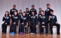 Skaters Yuzuru Hanyu, third from right, front, and Satoko Miyahara, fourth from right, front, and other Japanese skaters are seen posing for photographs after finishing a press conference, at Makomanai Sekisui Heim Ice Arena on Nov. 24, 2016. (Mainichi)