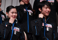 Skaters Yuzuru Hanyu, right, and Satoko Miyahara are seen posing for photographs after finishing a press conference, at a hotel in Sapporo on Nov. 24, 2016. (Mainichi)