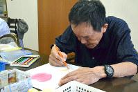デイサービスで塗り絵をする男性=北九州市で、福島祥撮影