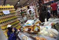 スーパーマーケットにはキャンプの外と変わらない食材が並ぶ=ヨルダン・ザルカ県のアズラック難民キャンプで2016年10月3日、久保玲撮影
