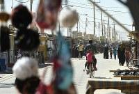 飲食店や生活用品店が建ち並ぶ商店街は「シャンゼリゼ通り」と呼ばれている=ヨルダン・マフラク県のザータリ難民キャンプで2016年10月1日、久保玲撮影