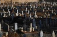 ザータリ難民キャンプ近郊のシリア人墓地。キャンプで亡くなった人も埋葬されている=ヨルダン・ラムサで2016年10月2日、久保玲撮影