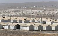 周辺が砂漠に囲まれたアズラック難民キャンプ=ヨルダン・ザルカ県で2016年10月3日、久保玲撮影