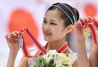 女子FSで2位となりメダルを手に記念撮影に応じる宮原知子=真駒内セキスイハイムアイスアリーナで2016年11月26日、宮間俊樹撮影