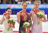 女子FSで2位となりメダルを手に記念撮影に応じる宮原知子(左端)。中央は1位のポゴリラヤ、右端は3位のソツコワ=真駒内セキスイハイムアイスアリーナで2016年11月26日、宮間俊樹撮影