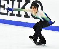 男子FSで演技する羽生結弦=札幌市の真駒内セキスイハイムアイスアリーナで2016年11月26日、宮間俊樹撮影