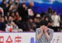 男子シングルで3位に入った田中刑事。演技終了後、顔を手で覆う姿がみられた=真駒内セキスイハイムアイスアリーナで2016年11月26日、宮間俊樹撮影