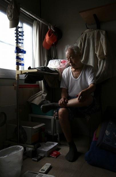 仮設開成住宅で妻を亡くし、ひとりで仮設暮らしを続ける佐藤久さん。震災から5年半が過ぎても、今後の行き先は決まっていない=宮城県石巻市で2016年9月7日、佐々木順一撮影