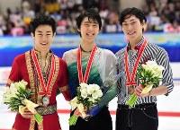 男子シングルで優勝した羽生結弦(中央)。左は2位のチェン、右は3位の田中刑事=真駒内セキスイハイムアイスアリーナで2016年11月26日、宮間俊樹撮影