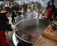 大鍋で煮込まれる鴨ネギ鍋