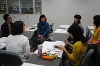 ボランティア説明会に参加した思いなどについて話す参加者ら