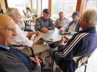 昼食後、行きつけのバールでカード遊びをするアッチャロリのお年寄りたち=福島良典撮影