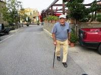 アッチャロリ中心部のバールから家庭菜園に向かうジュゼッペ・バッサロさん=福島良典撮影