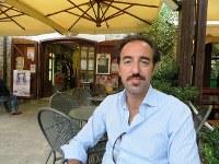 アッチャロリ中心部のバールでインタビューに応じるステファノ・ピザーニ村長=福島良典撮影