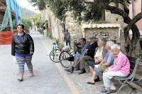 アッチャロリ中心部の歩行者専用道路のベンチで談笑するお年寄りたち=福島良典撮影