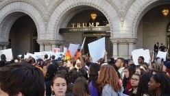 首都ワシントンの「トランプ・ホテル」の前で抗議活動する若者ら=2016年11月15日、西田進一郎撮影