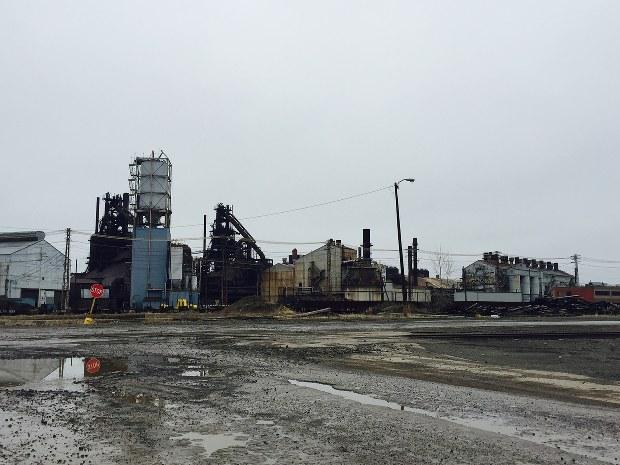 米鉄鋼大手の工場では、うち捨てられた高炉が寂しそうに立っていた=米中西部オハイオ州クリーブランド近郊で2016年3月、清水憲司撮影