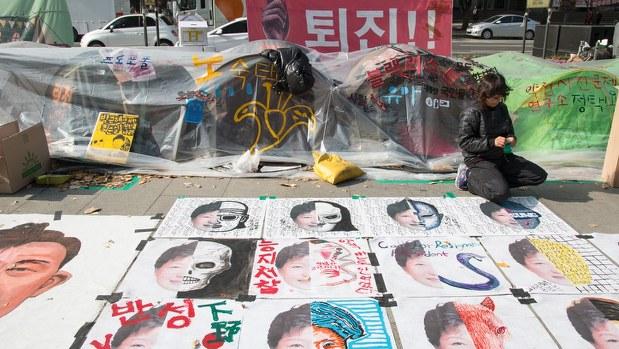 朴大統領の風刺画を並べて抗議