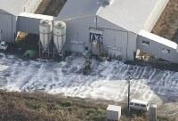 鳥インフルエンザが検出された養鶏場で作業をする作業員ら=新潟県関川村で2016年11月29日午前9時34分、本社機「希望」から