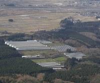 高病原性鳥インフルエンザウイルスが検出された養鶏場で作業に当たる関係者=新潟県関川村で2016年11月29日午前9時34分、本社機「希望」から