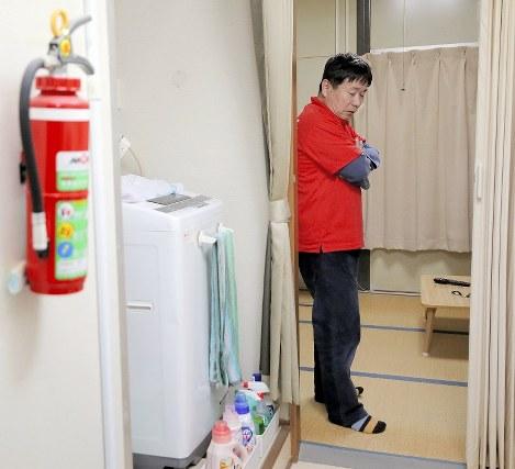 津波で母と弟を亡くし、単身者用の仮設住宅で5年半を過ごした梅本雅章さん。家を建てて転居するが、心の病は癒えない=宮城県石巻市で2016年11月22日午後5時、喜屋武真之介撮影