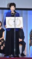 ウールマーク賞を受賞し、笑顔を見せる小池百合子都知事=東京都渋谷区で2016年11月30日午後7時15分、北山夏帆撮影
