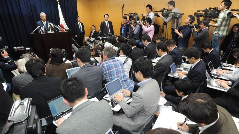 会見場では記者がパソコンを開き、「一問一答」を打ち込む姿が一般的だ=2016年1月28日に行われた甘利明経済再生担当相の記者会見場で、竹内幹撮影