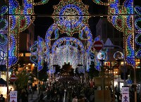 A corridor of lights illuminates Kobe's Chuo Ward at the launch of the Kobe Luminarie light festival, on Dec. 2, 2016. (Mainichi)