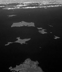 根室半島上空から見た歯舞群島(中央)。手前は北海道根室市の納沙布岬。左奥は色丹島=北海道根室市で2016年12月3日本社機「希望」から徳野仁子撮影(赤外線カメラ使用)