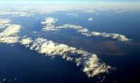 国後島。右端がケラムイ崎=北海道羅臼町で2016年12月3日、本社機「希望」から徳野仁子撮影